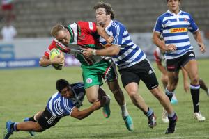 Joueurs de rugby qui s'affrontent